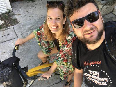 Jano využíva bicykel aj na dovolenke. Na fotke s partnerkou Luckou.